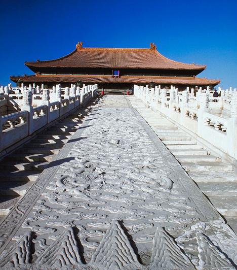 Tiltott Város, Peking, KínaPeking szívében terül el a Tiltott Város, Kína dinasztikus múltjának szimbóluma, melybe hosszú évszázadokon keresztül nem tehették be lábukat földi halandók. A 75 csarnokot, számos templomot, pavilont, lakosztályt, udvart és kertet magában foglaló szövevényes palotarendszer 1997 óta a Világörökség része.Kapcsolódó cikk:Nézd meg a Tiltott Várost! »