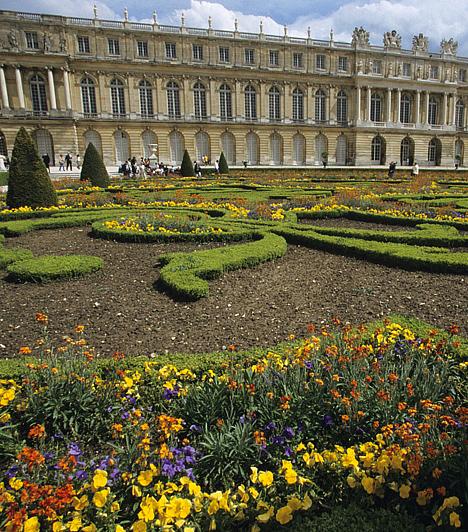 Versailles-i palota, Franciaország  Az egykori vadászház területére felépült fényűző épületegyüttes, mely példával szolgált egész Európa kastélyépítészetét tekintve, 1789-ig a francia uralkodók hivatalos rezidenciájaként szolgált. Bár a kastély is különleges, parkját szintén a legszebbek között emlegetik.