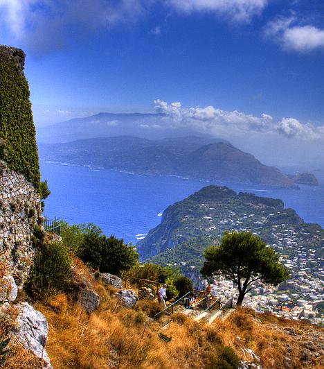 AnacapriA Kék Barlangról híres mesés olasz város Campania régióban, Capri szigetének legmagasabb pontján fekszik. Kristálytiszta vizű, türkiz öblei, sziklás partvonala és a környező szirtek a Solero-hegy kilátópontjairól még lenyűgözőbb látványt nyújtanak.