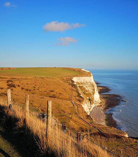 Dover partjaiDover az öreg kontinenshez legközelebb fekvő nagy-britanniai város, melynek partjairól tiszta időben látni lehet a távolban kirajzolódó francia Calais szirtjeit. A doveri híres fehér mészkőszikláknak köszönheti Anglia az Albion nevet is.