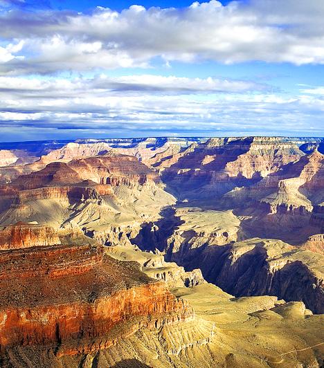 Grand CanyonA világhírű Nagy Szurdok az egyesült államokbeli Arizonában uralja a tájat vörös szikláival mintegy 446 kilométer hosszan. A Colorado-folyó által létrehozott különös, földöntúli táj szinte minden magaslati pontról más, de ugyanolyan felejthetetlen látványt nyújt.Kapcsolódó cikk:A világ 5 elképesztő, földöntúli tája »