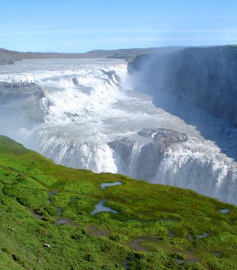 Gulfoss-vízesésAz Izland délnyugati részén, a Hvítá-folyó kanyonjában található Gulfoss-vízesés látványa az azt körülvevő fortyogó vízoszlopokkal és gejzírekkel egyszerre fenséges, félelmetes és hihetetlen. A vízesés az északi ország legnépszerűbb turistalátványosságának számít.Kapcsolódó cikk:A világ 5 legszebb vízesése »