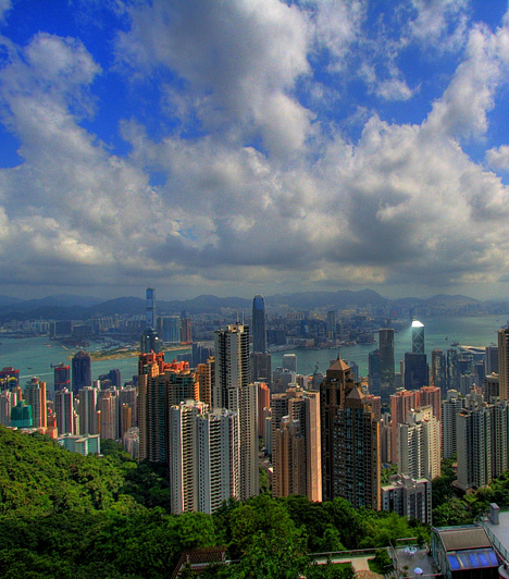 Hong Kong Hong Kong, mely Kína és egyben a világ egyik legsűrűbben lakott területe, színes felhőkarcolóival és különleges szépségű partszakaszaival olyan, mintha egy sci-fi díszlete volna. Bár a város a Viktória-csúcsról nappal is különleges látványt nyújt, este nyolc után megjelenő neon- és lézerfényeit sem szabad kihagyni.