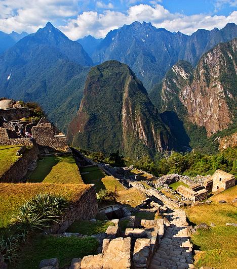 Macchu PichuAz UNESCO Világörökség részét képező perui inka romváros az ősi világ hangulata miatt is különleges atmoszférát tudhat magának, nem beszélve az Andok felhőkbe nyúló, csaknem 2500 méteres csúcsairól, valamint a világtól való elszigeteltség nyugalmáról.