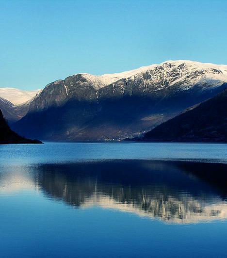 NaeroyfjordA mintegy egymillió évvel ezelőtt keletkezett norvégiai természeti képződmény egyike a világ leghosszabb és legmélyebb fjordjainak. Különleges látványához a hatalmas sziklákon túl a sajátos fényviszonyok is hozzájárulnak: a mintegy 1500 méteres hegyek a téli hónapokban nem sok fényt engednek a vízfelszín közelébe.Kapcsolódó cikk:3 hely, amit látnod kell! »
