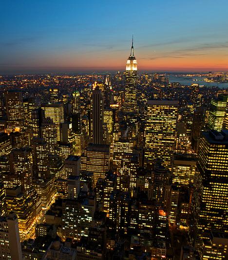 New YorkLegyen nappal vagy épp éjszaka, a város, mely sohasem alszik, felhőkarcoló-dzsungelével, a Central Park zöldjével és a Manhattant körbeölelő vízzel lenyűgöző látványt nyújt. Különösen a Rockefeller Center tetejéről.