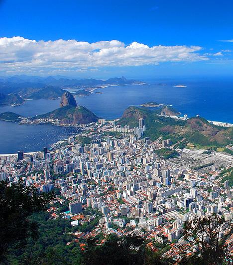 Rio de JaneiroBrazília legismertebb városát egyben az ország egyik legszebb helyének is tartják. Nemcsak a vérforraló Copacabana, a Cukorsüveg-hegy és a Megváltó Krisztus szobra miatt érdemes idelátogatni, de a Corcovado-hegy miatt is, mely lélegzetelállító panorámaként tárja az utazó elé mindezt.Kapcsolódó cikk:A világ 4 legerotikusabb strandja »