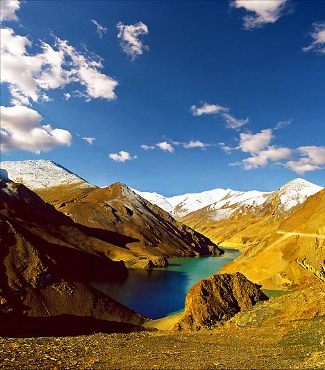 Shannan, TibetA Tibet délkeleti részén fekvő Shannan Tartomány e terület és nép kultúrájának bölcsője. Az elszórt monostorok által közvetített értékek mellett a 3600 méterrel a tenger szintje fölé magasodó hegyek és a közöttük megbúvó csendes vizek nyújtotta csodálatos látvány miatt is érdemes felkeresni a vidéket.