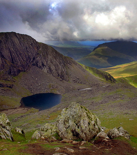 SnowdoniaE legmagasabb hegye után elkeresztelt walesi táj egyben Nagy-Britannia második legnagyobb, több mint kétezer négyzetkilométer területű nemzeti parkja. A hegycsúcsok, a tavak, folyók és a tengerpart szépségét a hegyek és felhők találkozása, valamint a vastag fellegeken olykor átszűrődő napfény teszi még különlegesebbé.