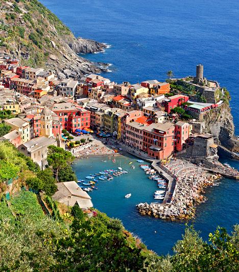 VernazzaCinque Terre, vagyis Öt Föld az olasz tengerpart egy egyenetlen, ám annál varázsosabb szakasza Liguria tartományban. Területéhez öt festői falu tartozik, mely sziklákra épített, színes házairól híres. Ilyen Vernazza is, melyről, ha a magasból megpillantja, az utazó könnyen gondolhatja úgy: ez az a hely, ahol érdemes élni.