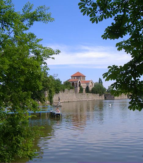 Tata  A vizek városának is nevezett Tata tóparti környezetével, középkori várkastélyával és meseszép, romantikus műromokkal gazdagított angolparkjával pillanatok alatt rabul ejt, akár a partra, akár a kertbe terveztek pikniket.