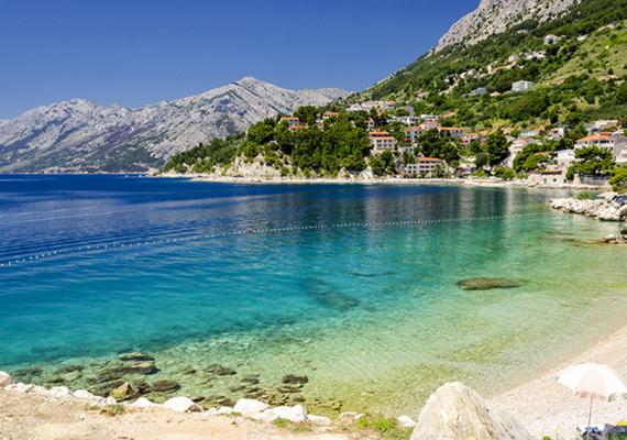 Brela egy kis turisztikai település a Makarska riviérán, mely szinte áttetsző tengervizével és természetes, kavicsos partjával vonzza ide évről évre a nyaralni vágyókat. A város immár szimbólummá lett természeti látnivalója a Kamen Brela, vagyis Brela köve, egy tengerből kimagasló szikla a Punta Rata, azaz a központi strand közelében, melynek tetejéről a bátrabbak az ugrást is gyakorolhatják.