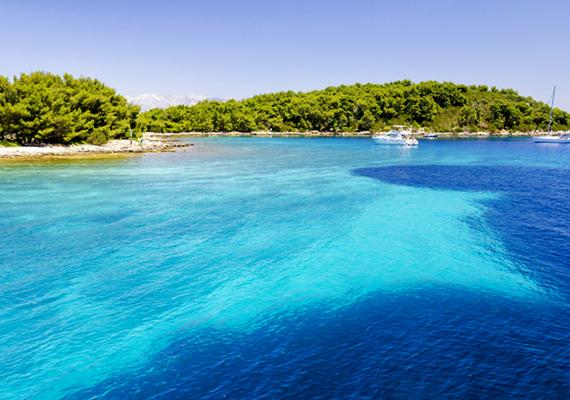 Hvar szigetét sokan Horvátország legszebbjének tartják. Legnagyobb települése az azonos nevű város, melynek tengerparti sétányát pálmafák és a 7. századból származó városfalak szegélyezik. Persze ez a sziget legnyüzsgőbb települése - aki nyugodtabb napozási és fürdőzési lehetőségre vágyik, annak érdemes inkább a sziget többi részét bejárni. Az egyik legszebb strand az aprókavicsos, égszínkék vizű Dubovica, mely egy kissé félreesőbb helyen, Hvar városától körülbelül tíz kilométerre fekszik.