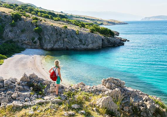 Krk szigete nemcsak a külföldi turisták, hanem a helyiek körében is rendkívül nagy népszerűségnek örvend, amit leginkább változatos partvidékének, csodás strandjainak köszönhet. A sziget tengerpartján szinte bárhol lehet fürdeni, szabadon lehet válogatni a homokos, sziklás, kavicsos szakaszok között. Emiatt a sziget a búvárkodás szerelmeseinek is kitűnő úti cél, a kristálytiszta víznek köszönhetően a felszín alatt a látótávolság egyes helyeken akár harminc méter is lehet, a vízhőmérséklet pedig nyáron a 27 fokot is eléri.