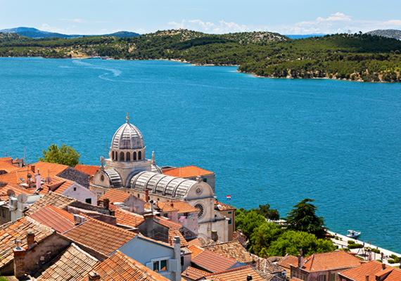 Šibenik Horvátország egy jelentős kikötővárosa, mely a Krka-folyó és az Adriai-tenger találkozásánál fekszik. Partjának, elsősorban városi, kavicsos strandjának különlegessége nemcsak a tiszta vízben és a sportolási lehetőségekben rejlik, a kilátás az óvárosra is nagymértékben hozzájárul az élményhez. A tengervíz itt kevésbé sós, mint a horvát part más részein, hiszen keveredik a közeli folyó vízével. Šibenik környékének egyik legnépszerűbb partszakasza a homokos Solaris Beach, ahol szállások sokasága várja a pihenni vágyókat.