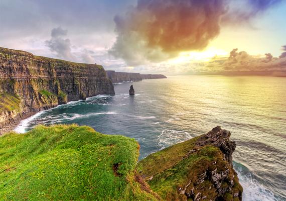 De nem maradnak le tőlük sokkal az írek sem, ők végeztek a második helyen. Persze az ott élők nemcsak Colin Farellre lehetnek büszkék, whiskey-jük és természeti csodáik szintén messze földről híresek. A misztikus Moher-sziklák - a képen - csupán egyet jelentenek közülük.