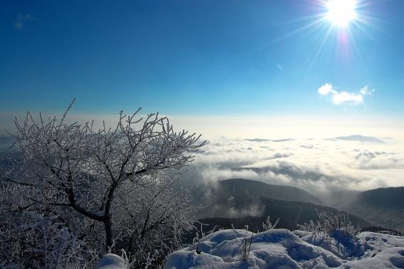 A Bükk-fennsík hullámzó vidéke a téli pompában rendkívül látványos, és szintén tele van sípályától Bükkszentkereszttől Bánkútig. A térséghez tartozik a kietlen Bél-kő sziklaparadicsoma is, ahol a túrázóknak egészen földöntúli élményben lehet része.