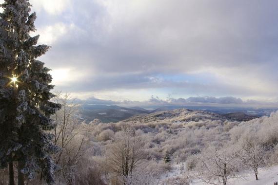 A mátrai hegyek a havazást követően is számos lehetőséget nyújtanak, a Galya-vagy a Piszkés-tető dércsipkézte panorámáin túl a téli sportok szerelmesei sem unatkoznak: több kiépített hegyi pályán is hódolhatnak szenvedélyüknek.