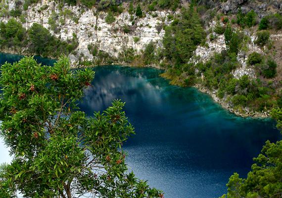 Isten fürdőkádjaként is emlegetik az ausztráliai, queenslandi North Strandbroke szigetén felfedezett tavat, amelyet Blue Lake névre kereszteltek. A tó a tudósok szerint olyan, mint amilyen 7500 évvel ezelőtt is lehetett, mintha sohasem hatott volna rá semmiféle külső befolyás. Kattints ide, és tudj meg többet a felfedezésről!