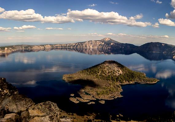 Az Amerikai Egyesült Államokban, Oregonban található, csaknem nyolcezer éves Crater Lake nemcsak a világ egyik legtisztább tava, de a legmélyebbek sorában is szerepel.