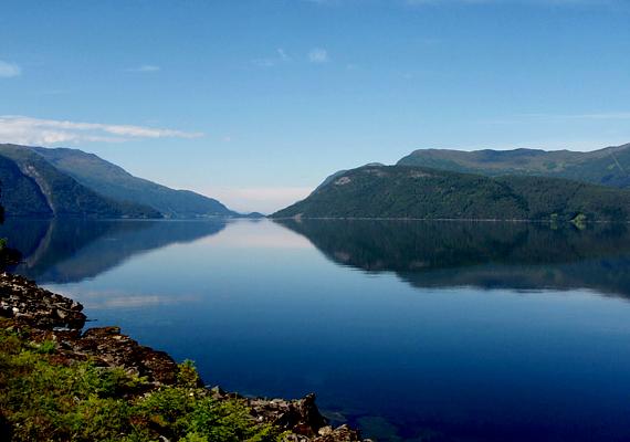 A Norvégiában található Hornindalsvatn-tó Európa legmélyebb tava. Tisztaságának egyik legfőbb oka, hogy főként a hóolvadás táplálja.
