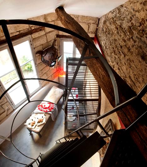 A hörcsöghotelA francia Nantes-ban található Hamster Hotel bárkinek megadja a lehetőséget arra, hogy úgy érezze magát, mint egy hörcsög. A látogatók mókuskereket hajthatnak, szalmaágyon alhatnak, valamint hörcsögetetőkből és -itatókból fogyaszthatják el vacsorájukat.Kapcsolódó cikk:Legyél te is hörcsög! »
