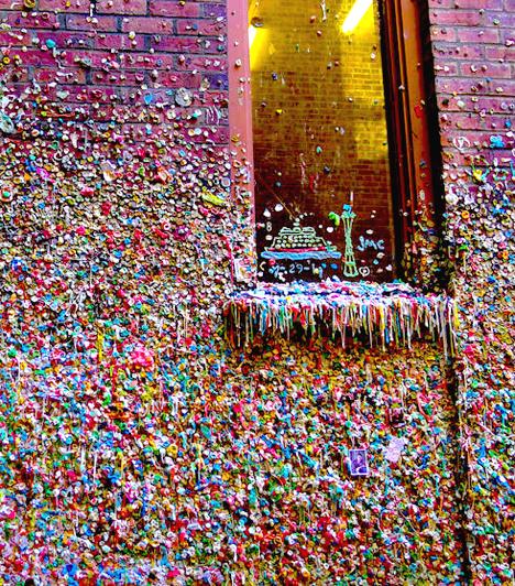 A rágógumifalBár legalább olyan visszataszító, mint amennyire vicces az ötlet, a híres rágógumifal mára Seattle közismert látnivalójává vált. A falra, melyet mára rágók ezrei tarkítanak, az első darabokat a '90-es években ragasztották fel az itteni színház jegyeiért sorban álló emberek.
