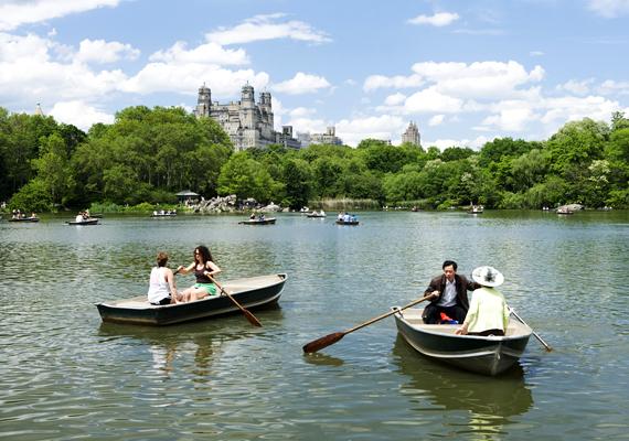 A New York-i Central Park talán a világ legismertebb közparkja. A gyalogos, kerékpáros és lovas útvonalakat is magában foglaló városi oázist 1857-ben nyitották meg.