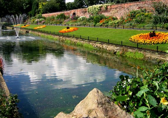 Az angliai, leedsi Roundhay Park mintegy 700 hektárjával az egyik legnagyobb közpark Európában.