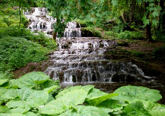 A Fátyol a leghíresebb magyar vízesés, egyúttal hosszát tekintve igazi rekorder: egy 17 méter hosszú mésztufa gát 18 teraszán zubog át. A szilvásváradi Szalajka-völgyben található.