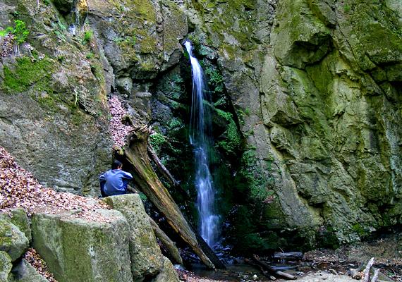 A Mátrában található Ilona-völgy vízesése a legnagyobb szintkülönbséget leküzdő hazai zuhatag: a víz tíz méter magasból zúdul a mélybe.
