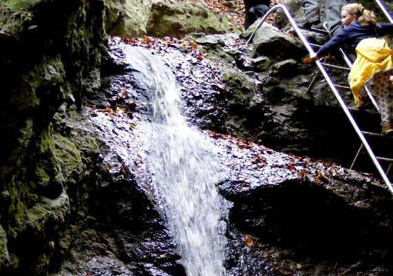 A Rám-szakadék vadregényes környék, melyhez nagy vízesése is hozzájárul.