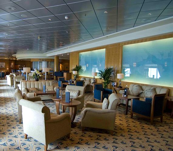 A belső kialakítása terén is nosztalgikusnak számító hajó többek között transzatlanti utakat kínál.