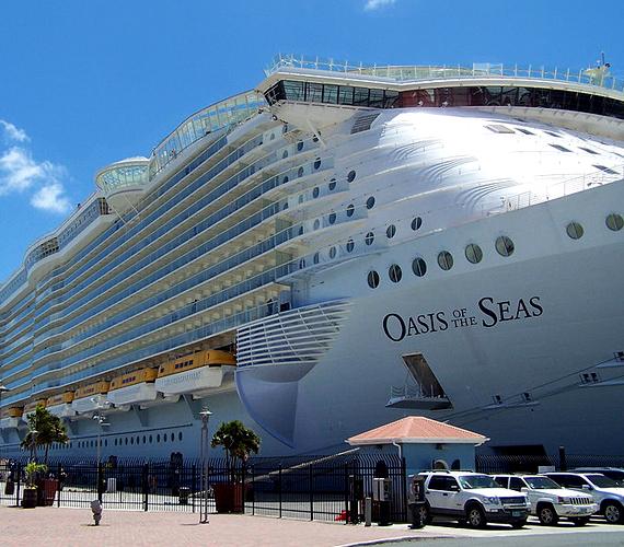 A 2008-ban útjára bocsátott Oasis of the Seas óceánjáró hatezer utas szállítására képes.