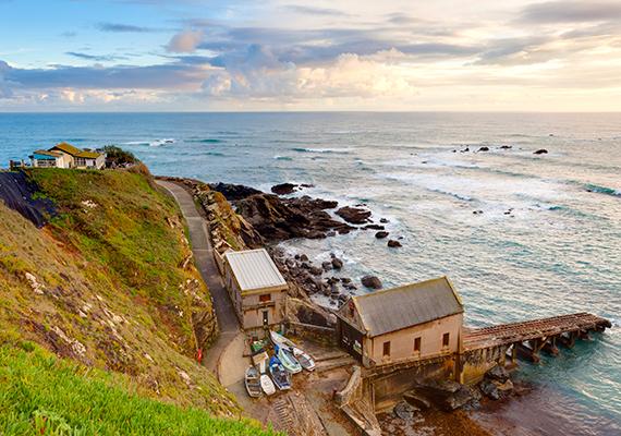 A félszigetet, illetve Cornwallt Anglia legszegényebb részének is tartják, aminek azonban sokak szerint előnye is van, elsősorban például az, hogy tájait máig a természet, illetve annak elemei uralják.