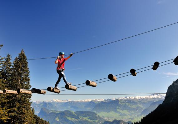 Az izgalmas sportok szerelmesei a hegyoldalban elhelyezkedő kalandparkot is kipróbálhatják, ahonnan szintén csodálatos látvány nyílik a hegyre és tóra.