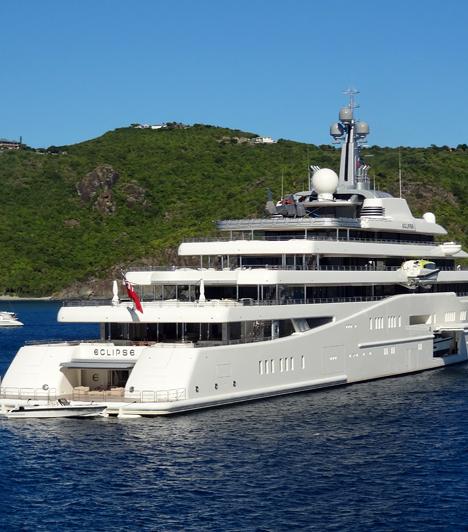 St. Barts  Bár nem teljes egészében az övé, a Karib-tengeri St. Barts-ot az egyik leggazdagabb orosznak számító, milliárdos Roman Abramovich szigetének is nevezik. A képen híres jachtja is látható.