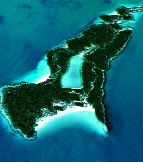 Little Hall's Pont Cay                         Johnny Depp 2004-ben vette meg a szigetet, miután a Karib-tenger kalózai forgatásának ideje alatt beleszeretett. Egyfajta családi menedéknek szánta, még mielőtt zátonyra futott volna a kapcsolata Vanessa Paradise-val.