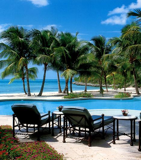 Musha Cay                         A Musha Cay nevű, Bahamákhoz tartozó sziget tulajdonosa az illuzionista David Copperfield, akinek nem ez az egyetlen magánszigete a térségben, azonban ez az egyedüli, ahol rendszeresen tartózkodik. A szigetre turisták is ellátogathatnak, azonban ingatlanbérlésre egyszerre mindig csak egy csoportnak, maximum 25 embernek van lehetősége.