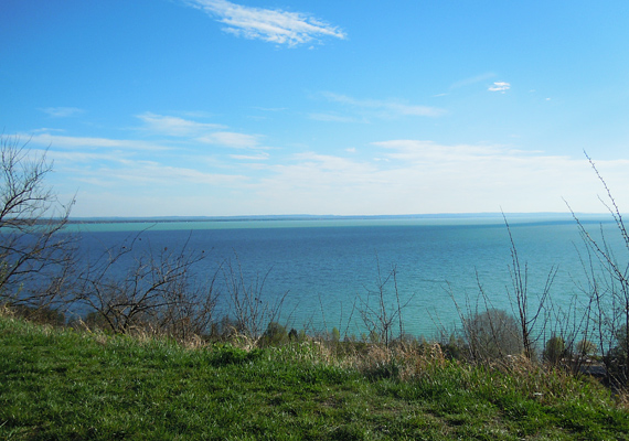 A tó innen nézve csaknem úgy fest, mintha tenger lenne.