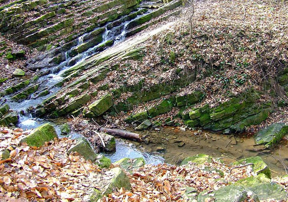 A környéken több vízesés is található, melyek közül a legkülönlegesebb a Ferde-vízesés. Zúgó vize ugyanis félrebillent, lépcsőzetes mészkőrétegen ömlik.
