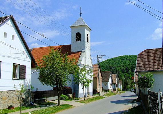 A kis falunak mindössze egyetlen utcája van, melynek házai között az Öreg-patak fut végig. Az aprócska község temploma a középkorban épült.