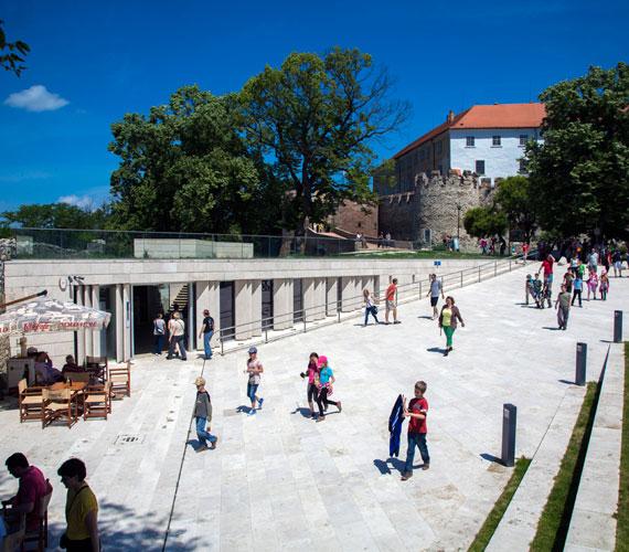 Az egykori parkoló helyén 2011 tavaszára egy 21. századi igényeknek megfelelő látogatóközpontot alakítottak ki.