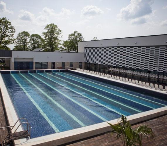 Az udvari részen egy 33 méteres kültéri úszómedence, illetve meleg vizes jakuzzi várja a fürdőzőket.