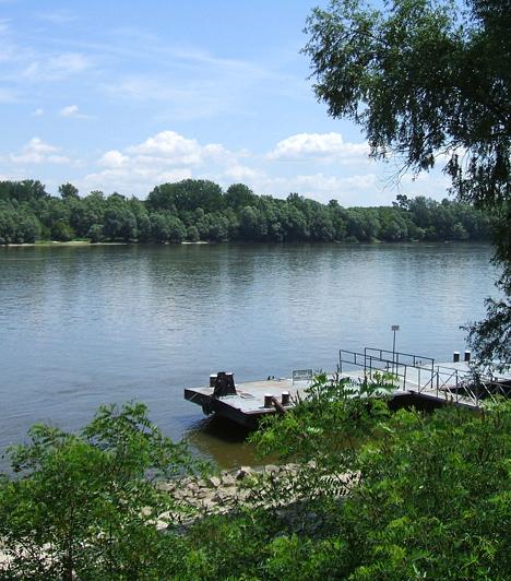 Duna-Dráva Nemzeti ParkA gemenci erdőségekről és az ott található gímszarvas-állományról híres Duna-Dráva Nemzeti Parkot 1996-ban hozták létre. Eredetileg egy nemzetközi, Jugoszláviával közös parkot terveztek a táj védelmére, utóbbi felbomlása miatt ez végül elmaradt. A borókás, láptavas területek sok védett növény és állat lakhelyéül szolgálnak.Kapcsolódó cikk:3 mesebeli erdő »