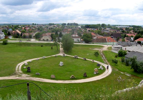 A magyar Stonehenge. A kilátás a domb alatt elterülő kőkört is magába foglalja, amely a Tatai Természetvédelmi Terület és Szabadtéri Geológiai Múzeum része.