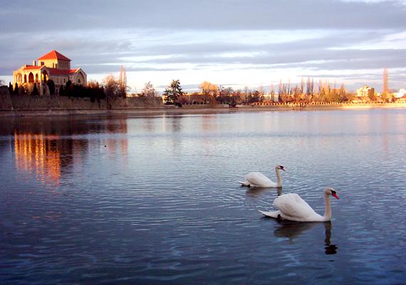 Nemcsak tavasszal és nyáron csodaszép: nem véletlen, hogy Tatát a legromantikusabb magyar városnak is szokás nevezni.