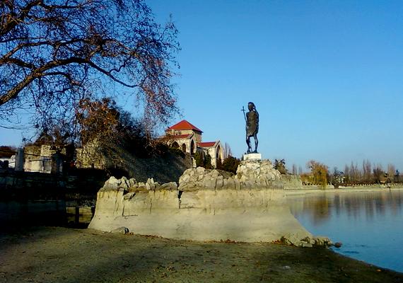Tatán járva a híres várat és környékét sem szabad kihagyni az úti célok közül.