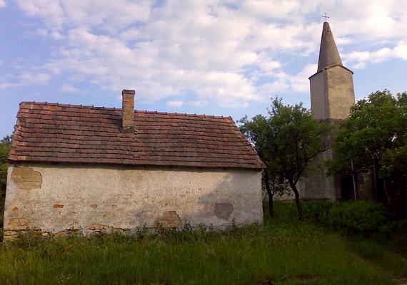 A bakonyi, Pápához közeli Zsörk épületei még most is állnak, ám az emberek már nem lakják a települést. A szomorú sorsra jutott, kísérteties faluról itt nézhetsz meg még több képet.
