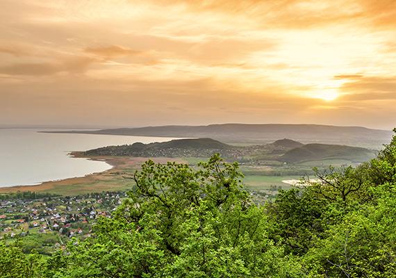 A Balatonra nyíló panorámánál kevés gyönyörűbb akad. Kattints ide a nagyméretű képért!